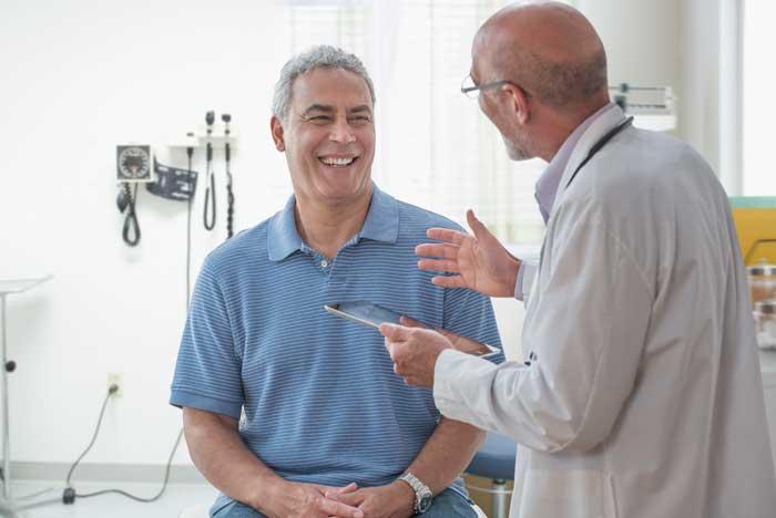 Doctor hablando con paciente masculino