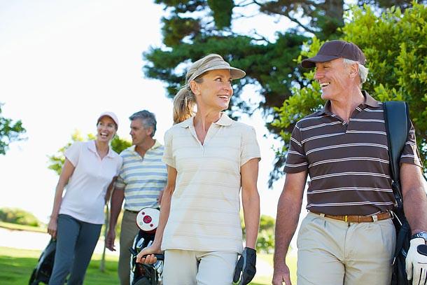 Pareja de mayores jugando al golf